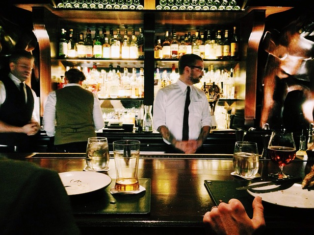 barman v práci