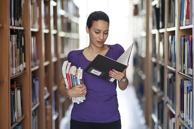 bruneta v knihovně