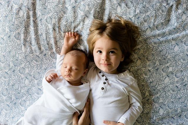 ležící sourozenci