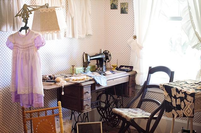 pokoj se starým šicím strojem